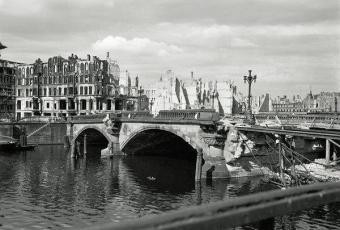 Die Waisenbrücke 1945/46 © Collection Regard | Foto: Hein Gorny